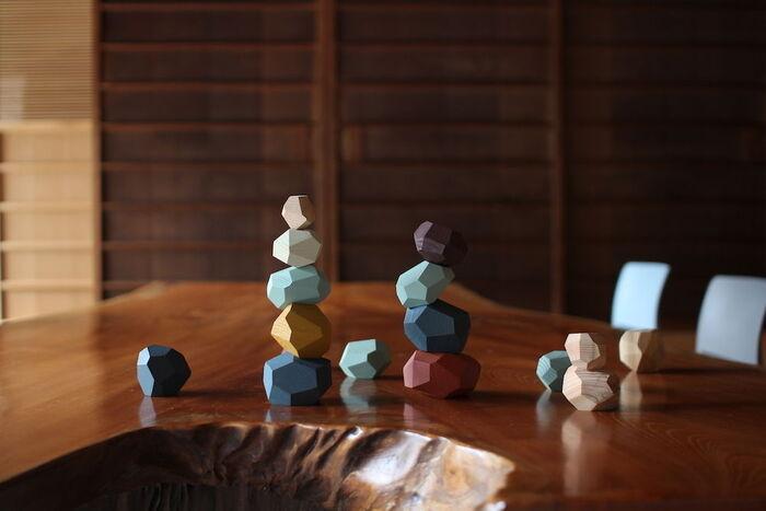 例えばこちらの積み木。積み木として積み上げて遊ぶことはもちろんですが、並べたり、オブジェとして飾ったり、はたまたおままごとの道具にもなったり、創造力を刺激されるおもちゃです。インテリアとして存在感があるため、末永く楽しむことができます!