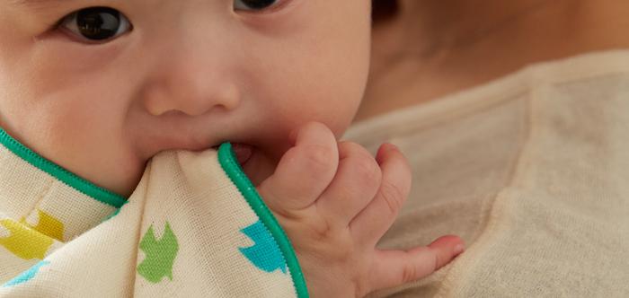ガーゼタオルはふんわりと軽くて、手触りも柔らか。ガーゼはお肌への刺激が少ない素材なので、敏感肌の人やお肌の弱い赤ちゃんや子供でも安心して使うことができるんです。