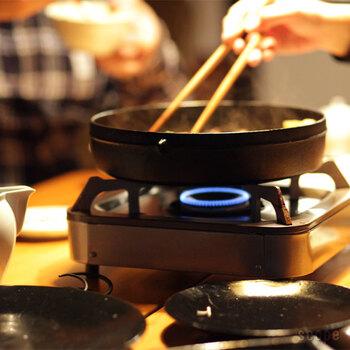 さらに熱が鍋全体に行き渡り、火の回りも安定しているので、鍋の温度を一定に保ってくれます。なので、すき焼きのように、食材を継ぎ足しながら入れていく鍋に最適なんです。