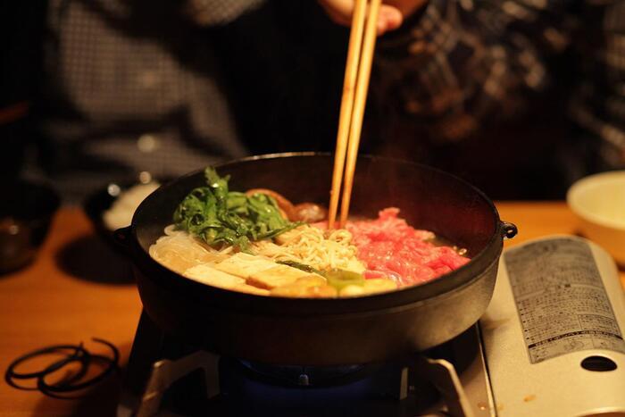 鋳物産地として、約900年の歴史がある岩手県奥州市水沢で、職人さんが丁寧に作ったすき焼き鍋。鋳物の鉄鍋の良いところは、熱をたくさん蓄えるので、食材を入れた際、温度が下がりにくいこと。