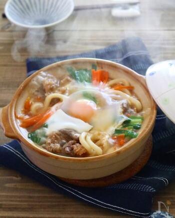こちらは韓国風の煮込みうどんです。コチュジャンのピリっとしたアクセントと、おろし生姜&おろしニンニクの香りが味わいの決め手。  合わせ調味料はまずボールで混ぜておきましょう。合わせ調味料は、牛こま肉の味付けにも使います。材料は順番に加えていくので、事前に手順をチェックしておくとスムーズですよ♪
