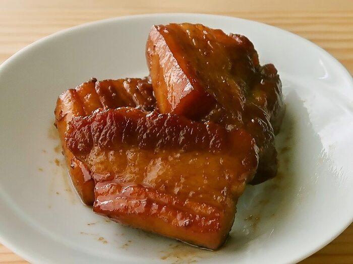 ごろっと大きく「ごちそう感」ある豚の角煮をフライパンでお手軽に。サッと焼いて脂抜きをするところから、調味料を加えて煮上げるところまで一気に仕上げられます。水だけではなく焼酎または酒を入れ、弱火でじっくり蒸し煮にするのがコツ。