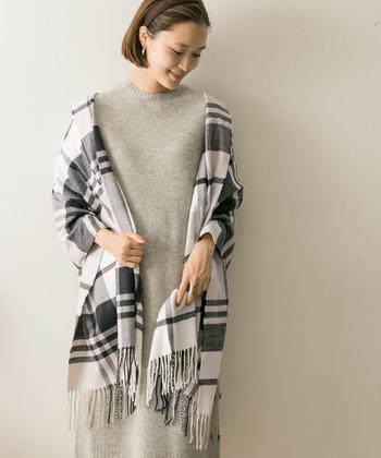肩に掛けて羽織る使い方。ジャケットを1枚羽織ったかのように、簡単な防寒着として活躍してくれます。その他、春シーズンには日焼け対策にも役立ちますね♪