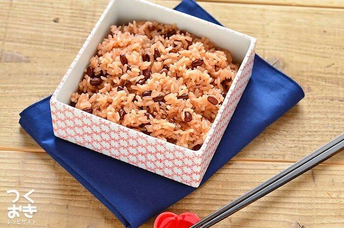 もち米を蒸して作るお赤飯は大変ですが、炊飯器で作れるのなら一気にハードルが下がりますね。もち米は冷めてもおいしいのでお弁当にオススメ。作り方を覚えたら、味付けの違うおこわなどにもチャレンジしてみて。
