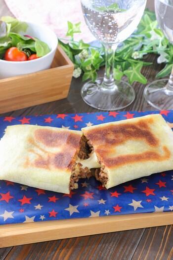 挽肉と玉ねぎ、カレールーであんを作り、チーズと一緒に巻いてフライパンで焼き上げます。四角い形をいかして、ブリトーのように手に持ってかぶりつける形は、小腹がすいたときのおやつにピッタリ。子どもによろこばれそう!