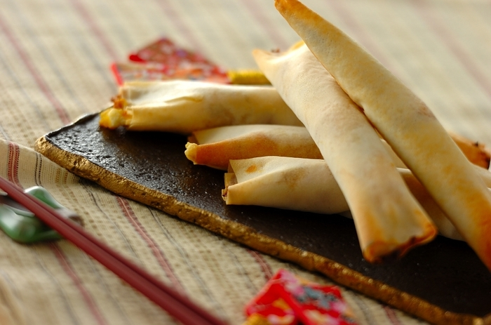 栗きんとんとクリームチーズを合わせて春巻きの皮で巻き、オーブンで焼きあげます。お客様へのお茶うけなどにも出したくなる温かいおやつです。