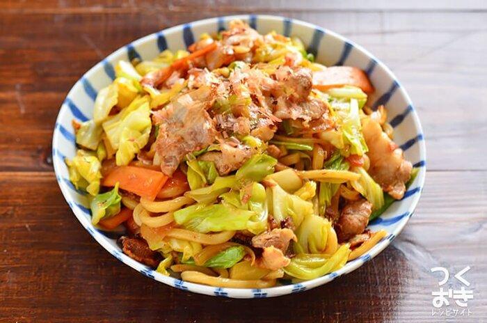 こちらは野菜がたっぷり入った焼きうどんです。野菜もお肉も入っているので、ワンボウルランチにもおすすめ。こちらは、冷凍うどんを使っています。冷凍うどんは電子レンジで加熱するとべちゃっとなりにくいですよ。野菜やお肉を炒めてから、うどん、調味料を入れましょう。15分で完成するので忙しい朝やお昼に嬉しい♪