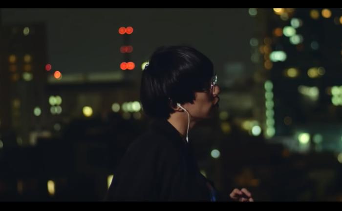 こちらが、公開からすぐに50万回再生を突破し一躍話題となったMV。主演にermhoi、Kai Takahashi(LUCKY TAPES)、大比良瑞希らを迎えたスタイリッシュな映像とともに、都会の夜を思わせるサウンドと胸を締め付けるような歌詞が、心の奥深くに入り込んできます。