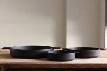 サイズはφ250×330×H50mmの大、φ190×240×H47mmの中、φ140×180×H38mmの小の3サイズ。どれも直火や炭火、オーブンからIHなど熱源を選ばず、傷やへこみの心配もない鉄鍋なので、お庭やキャンプ場でのアウトドア料理にも重宝します。