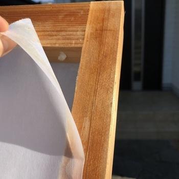 昔ながらの障子の張り替え方法は、水で濡らしてゆっくり剥がし取り、残っている紙やくずをきれいにして乾かしてから、専用ののりを使って新しい障子紙を張っていく、というものです。 一人でも作業可能ですが、2人いるとさらにやりやすくなります。
