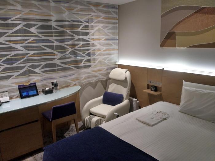 こちらのホテルでは「客室」のことを「寝室」と呼び、全室にマッサージチェアが完備されています。ベッドに使われているのは、「シルキーレム」と呼ばれるホテルオリジナルのマットレスです。包まれるような感覚が味わえますよ。枕も好みのものを選べます。灯りや香りにもこだわったホテルに泊まって、極上のリラックスを体感してみてくださいね。