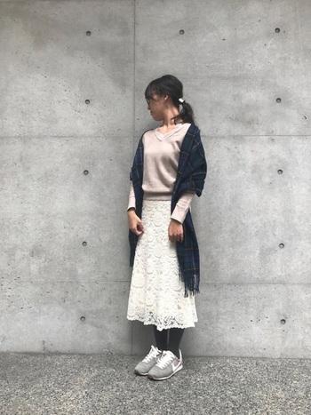 手持ちのストールは冬仕様ばかり、という方にもおすすめのコーデはコチラ!爽やかなライトベージュのニットに白レースのスカートという春らしいカラーコーデなら、冬っぽく見えるチェックストールもちょうどいいアクセントになります。