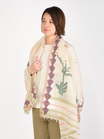 春っぽいぽかぽかと暖かい日は、ブラウスに凝ったデザインが可愛いストールをさらりとカーデ代わりに羽織りましょう。コーデが華やぎ、防寒対策にもなって一石二鳥です。