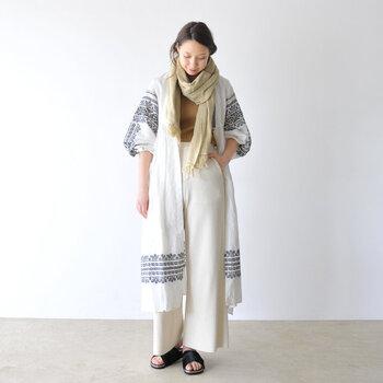 刺繍が素敵なガウンに、白いワイドパンツを合わせ、爽やかな装いに。サンドベージュカラーを首元に飾れば、コーデのアクセントに♪