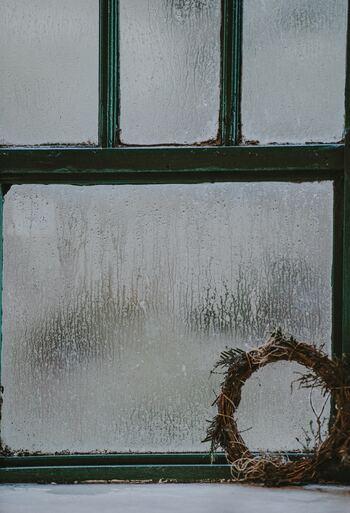 住んでから判明すると意外と苦労するポイントが、窓の結露です。建具が傷んだり、カーテンがカビてしまったり…対策も大変。結露が起こりやすいかどうかを見極めるには、内見の際に窓のまわりの傷み具合をチェックしましょう。不自然に塗り替えられたり新しくした跡がある場合も要注意です。