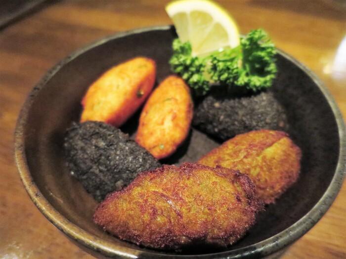 """ポルトガル料理にかかせないのが""""バカリャウ(干し鱈)""""です。「クリスチアノ」ではそんなバカリャウのメニューが豊富に揃っています。こちらは「自家製バカリャウのコロッケ」。この他、「バカリャウ・ア・ブラス(鱈とジャガイモの玉子とじ)」なども人気の看板メニューです。"""