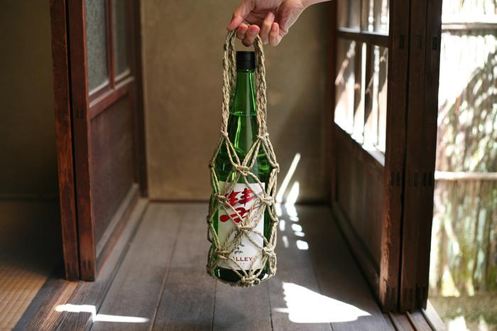 日本酒やワインの瓶、水筒や玉ねぎなどを運ぶのにぴったりのびんかご「いかご」です。時間が経つにつれ、いぐさが茶色くなってくるのも味わい深いですね。手仕事の良さが実感できるアイテムです。