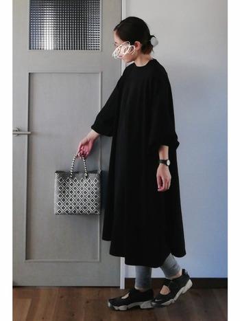 シンプルコーデ好きさんはぜひモノトーンの柄メルカドバッグを合わせてみて。コーデにリズムが出來て、よりおしゃれな印象になります。