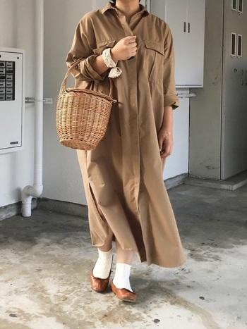 ナチュラルな雰囲気のアースカラーコーデにもメルカドバッグはぴったり。ゴールドやシルバーのものを選べば都会的なコーデになりそうですね。