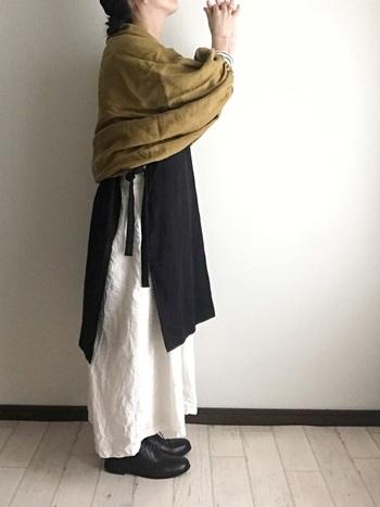 麻素材を活かしたナチュラルコーデにも、メルカドバッグはもちろん相性◎。革靴など、光沢感のあるアイテムにもマッチします。
