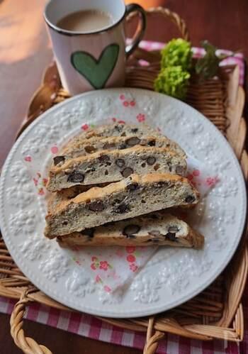 固めの食感が特徴のイタリア生まれのビスコッティ。黒豆とクルミで、香ばしさと楽しい食感をプラス。ミルクやコーヒーに浸して食べましょう。
