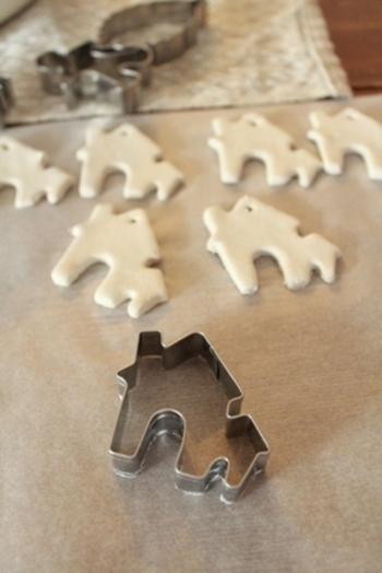 手につきにくくべとつかない石塑粘土なので、クッキーの型ぬきを使ってくり抜く場合も、簡単に同じ形のアイテムをたくさん作れます。