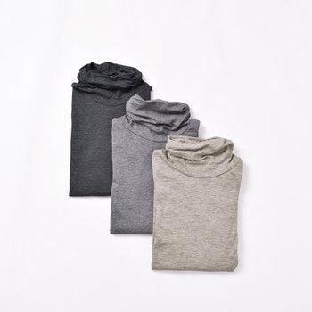 柔らかなコットン素材と、カシミヤにも匹敵すると言われるヤクウール素材を組み合わせたタートルネックカットソー。着丈や袖丈が長めに作られているので、トップスの裾や袖からインナーをチラ見せするスタイリングにもおすすめです。