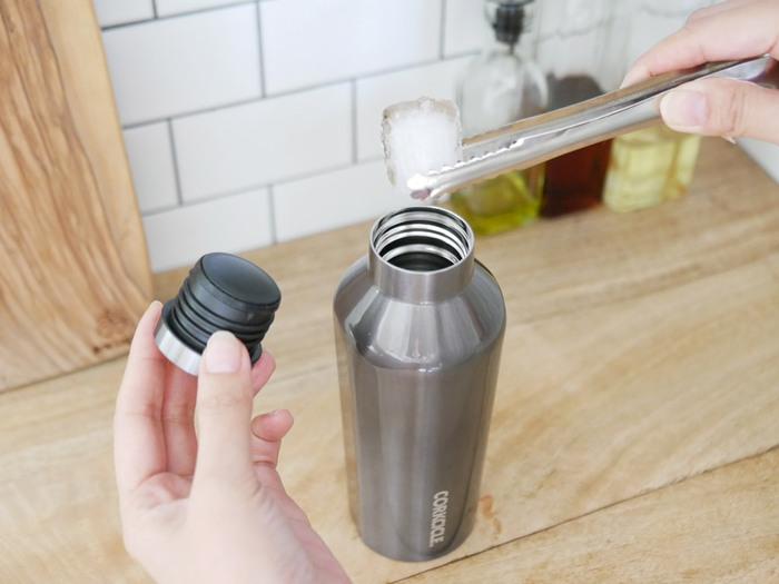 保温・保冷の機能は特に大切なポイントですね。ホットコーヒーや冷たいお茶など、どんなドリンクを入れたいのか考えましょう。また、温度をキープできる時間も確認すると◎長時間おいしい温度を保ちたいなら、真空断熱素材など保温・保冷性能が高い商品を選ぶ必要があります。