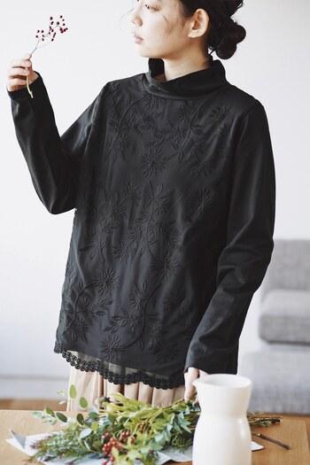 シンプルな黒タートルネックの上に、チュールを重ねたトップス。チュールを長めにすることで、程よい透け感を演出しているのがポイントです。一枚で着てもおしゃれ度アップを叶えてくれる、優秀なアイテム。