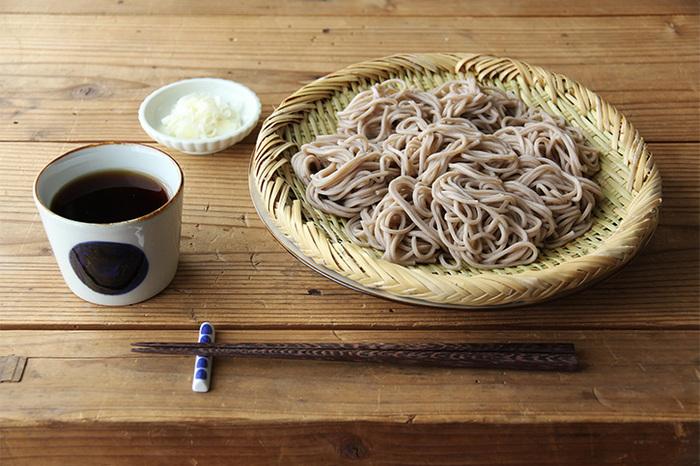 フラットな形状のざるがひとつあると、おそばを食べるのに便利です。水分の膜ができにくい竹は、水分の多い食べ物を盛りつけるのにも適しています。ざっくりと編まれた縁模様が美しいですね。