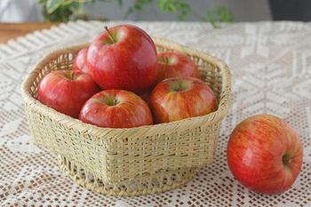 抗菌性が高い竹は編んで、かごにするとキッチンにぴったりのアイテムに仕上がります。脚付きの盛りかごは果物をより華やかに見せてくれます。