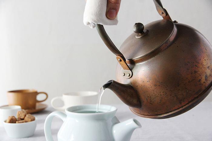ぴかぴかの銅のやかんは、使い込むことでだんだんと酸化し、飴色に変化していきます。ふっくらと優しいフォルムを眺めていると、ついついお湯を沸かしたくなってしまいます。