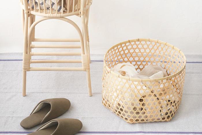 竹のランドリーバスケットは、繊細な細い竹が整然と編まれて、きちんとした印象を受けます。日本が古くから大切にしてきた細部にまでこだわりのある整えられた雰囲気をしっかり堪能できます。