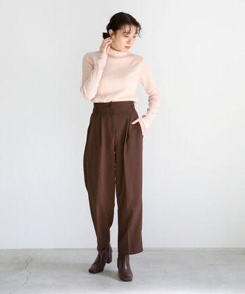 薄いピンクベージュが、フェミニンな着こなしにもぴったりな一枚。厚手過ぎないリブタートルネックは、一枚で着てもサマになるシンプルなのにおしゃれなアイテムです。ピンク以外にもカラーがあり、カーキやブラウンなどのトレンドカラーも揃っています。