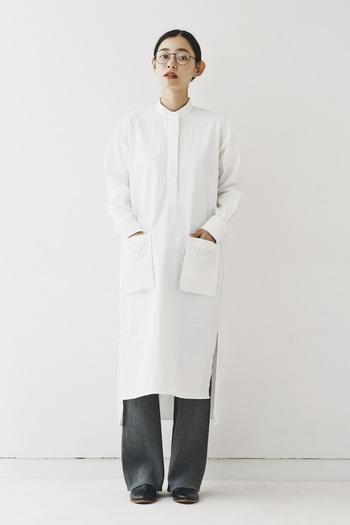 新生活が始まるシーズンでもある春。シャツタイプのワンピースは清潔感があり、初対面のときも好印象を残せるデザインです。 画像は〈and myera〉の比翼仕立てのコットンシャツワンピース。大きな前ポケットや後ろだけ長い裾など、真面目な白シャツに遊び心をプラスした一枚です。きれいめのニットパンツを合わせれば、旬のスタイルの完成です。