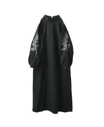 辛口ファッションが苦手な人にもおすすめなのは、どこかに甘さを取り入れたブラックワンピースです。 例えば〈Sunny clouds〉のワンピースはふんわりした袖にボタニカルの刺繍が施され、黒の持つクールさを和らげて優しい印象の人に。