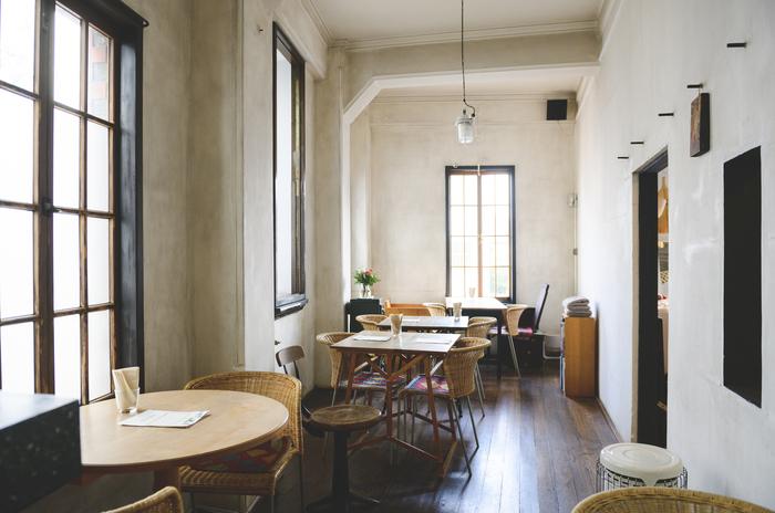 カフェは高い天井や漆喰を塗った壁に囲まれた、落ち着ける空間。屋号である「ラボラトリオ」は、かつてこのスペースが実験室だったことに由来。飴色に育った床など、随所に改装前の面影を残している