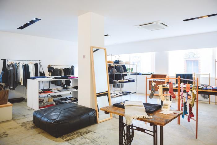 隣のビルには、洋服やファッション小物を集めた「faber LABORATORIO(ファベル・ラボラトリオ)」も。触れると肌にやさしく、身に着けたくなるものが並ぶ