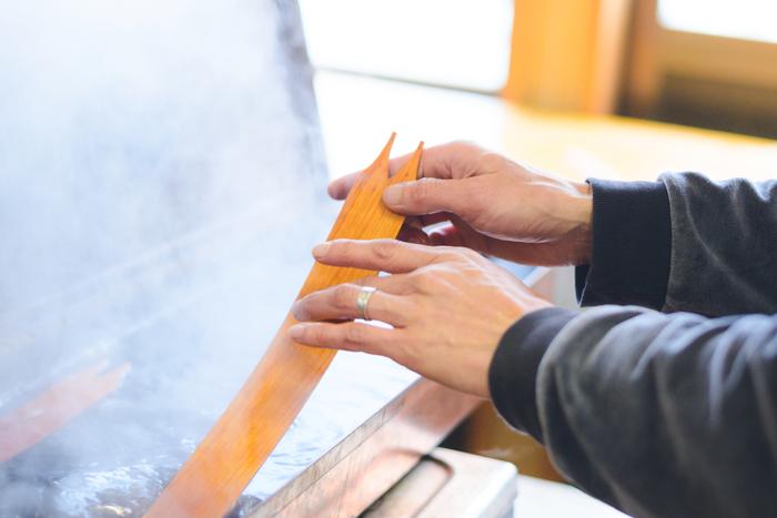 ボックスの側面となるサクラの経木を、熱湯で柔らかくする下準備