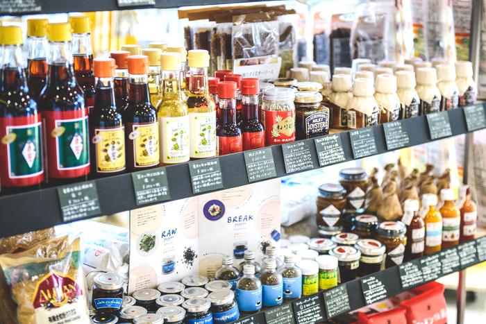 """井藤さんが仕事でドイツを訪れた際、町の「デリカデッセン」にヒントをもらったことから、店名はドイツ語で""""MARKT""""と名付けた。日本ではデパ地下や惣菜を思い浮かべるが、ドイツでは「デリカデッセン=おいしいもの屋さん」という意味合いがある。生鮮食品以外の食料品やお酒を気軽に買えるような店づくりに共感したのだそう"""