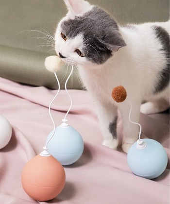 ころんとした見た目が可愛いらしい電動タイプの猫じゃらし。起き上がり小法師のように猫パンチも跳ね返し、狩猟本能をくすぐります。インテリア性も高くオブジェのようです。
