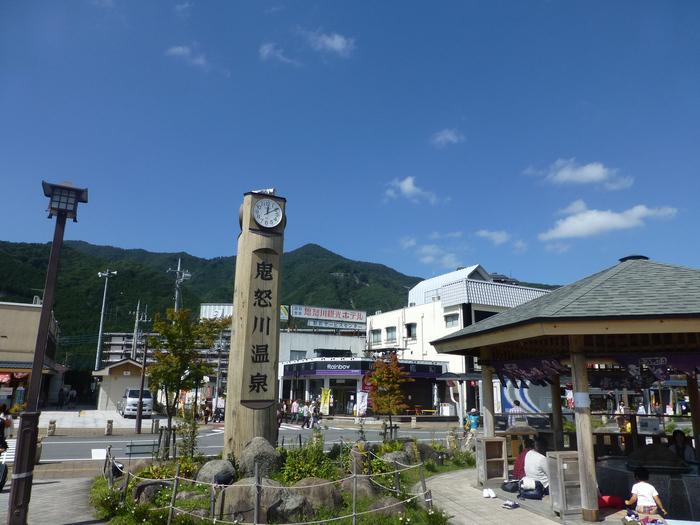 「鬼怒太の湯」は、鬼怒川温泉駅を出てすぐのところにある無料の足湯スポット。旅の始まりはもちろん、帰路に着く前に旅の疲れをとるのにも良さそうです。