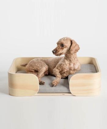 こちらのベッドは、ナチュラルな木目と流線型が美しい木製ベッドフレームに弾力性のあるマットを採用。動物や環境に優しいウッドワックスのみを使用し、台座の底面には滑り止め付きなので安心です。