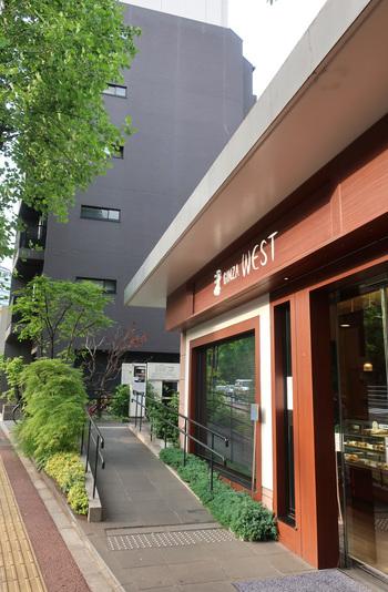 『ウエスト青山ガーデン』は乃木坂駅の5番出口から歩いて3分ほどの場所にあります。青山霊園の向かいです。焼き菓子やケーキのテイクアウトもできますよ。