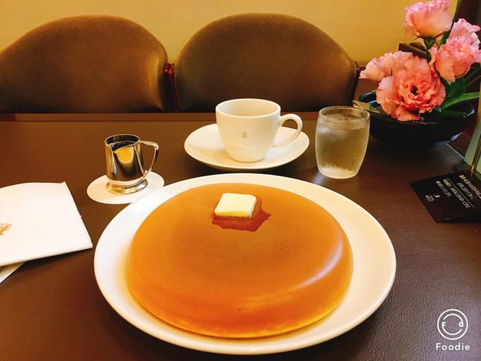 カップと比べてもその大きさに驚くパンケーキ!こちらは焼き菓子などでも有名な『ウエスト』のカフェで青山にある『ウエスト青山ガーデン』です。ふっくらという言葉をそのまま体現したようなこのパンケーキは、もちろんお店人気のメニューです。