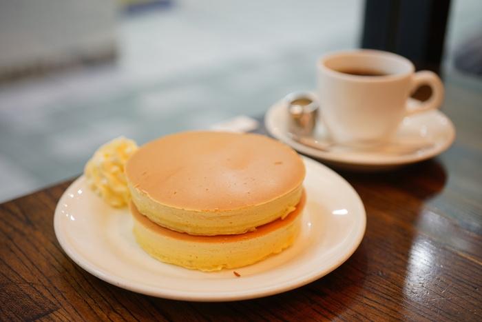 """どこから見ても美しい、""""ザ・王道""""というビジュアルのプレーンホットケーキです。味は素朴ながらも「これぞ」という美味しさ。昔ながらの町の喫茶店で味わうホットケーキを堪能できます。"""