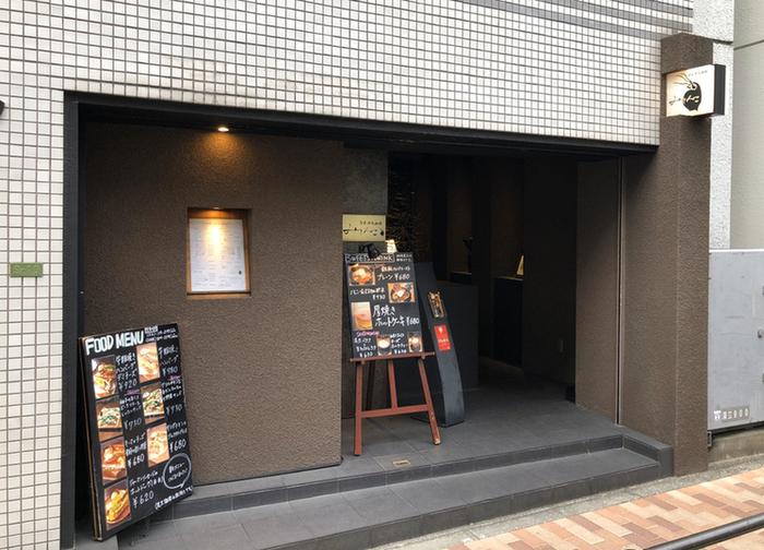 『みじんこ』は湯島駅から歩いて6分ほど。秋葉原駅からも徒歩約8分の距離です。お店のコンセプト「女性1人で楽しめる珈琲専門店」のとおり、おひとりさまも入りやすく、夜21時までの営業も嬉しいポイントです。