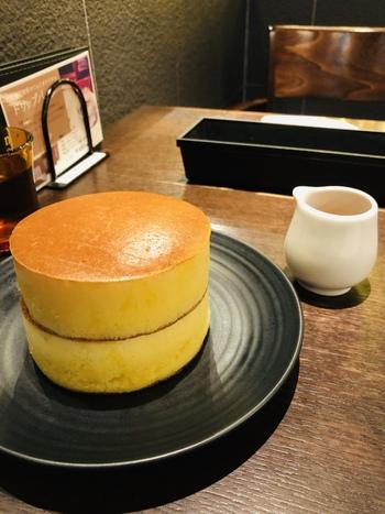 表面も厚さも完璧なこちらは『みじんこ』のホットケーキです。あらかじめバターがしみ込んでいるので、食感はしっとり。そのままいただいても美味しいですが、メイプルシロップをかけるとまた違った味わいに。