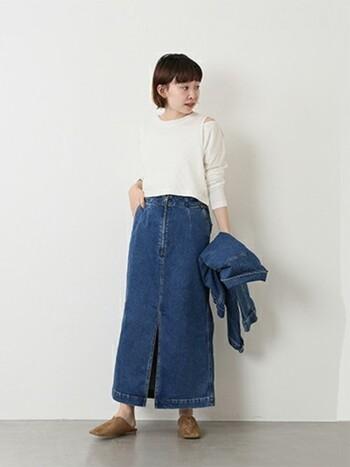 スリットが入ったデニムスカートは、大人っぽいコーデにぴったり!足さばきのよさも魅力ですから、アクティブに動きまわりたい日にもおすすめですよ。