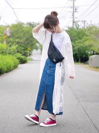 Tシャツとデニムスカートの定番コーデに、レースガウンを羽織るだけで華やかな印象に。レースガウンは夏場、腕を出したくない方にもおすすめのアイテムです。